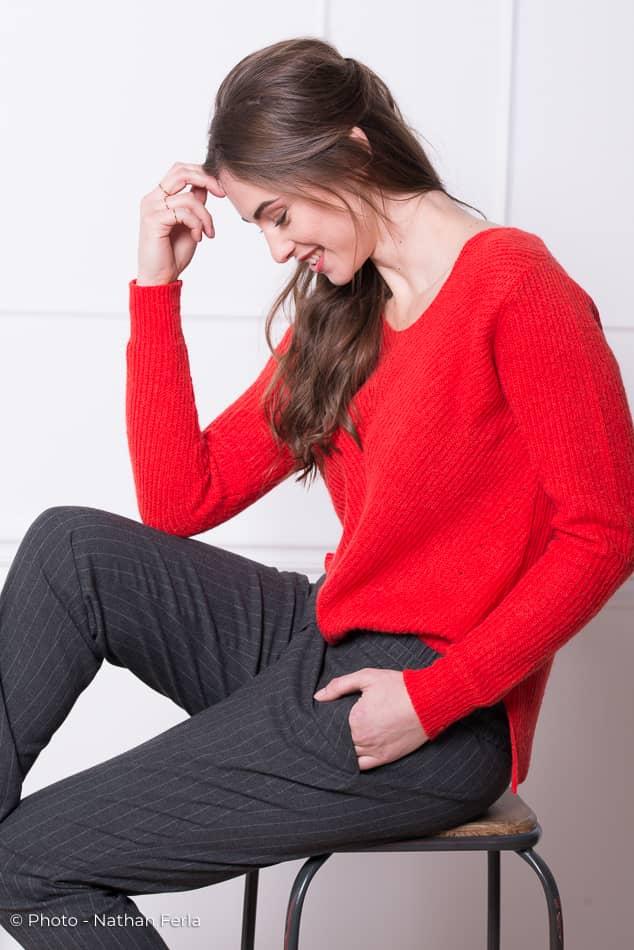 photo mode pantalon gris rayé pull rouge magazine