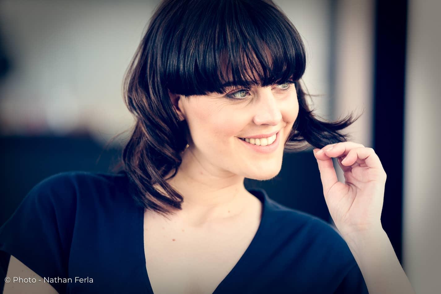 photo mode robe bleue portrait magazine sourire main cheveux