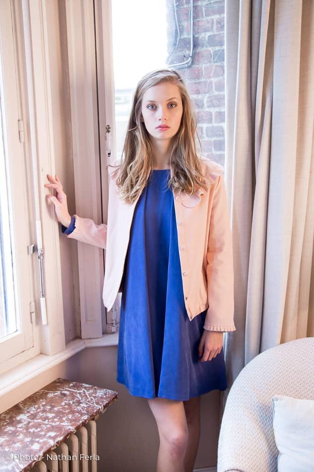photo mode maison robe bleue veste corail main fenêtre