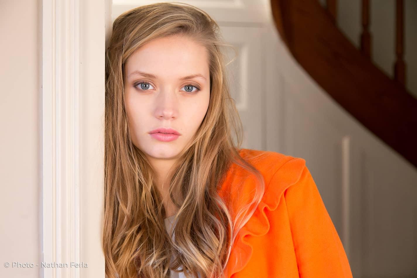 photo mode portrait vest orange blonde regard bleu gris