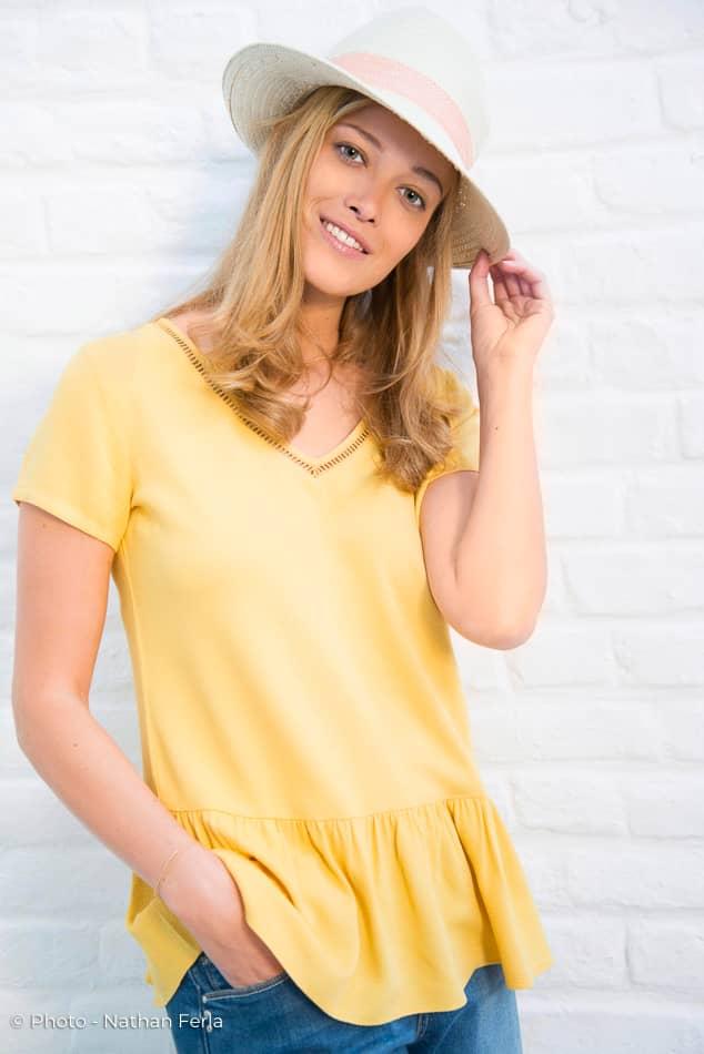 photo mode chemisier jaune et jeans plus chapeau
