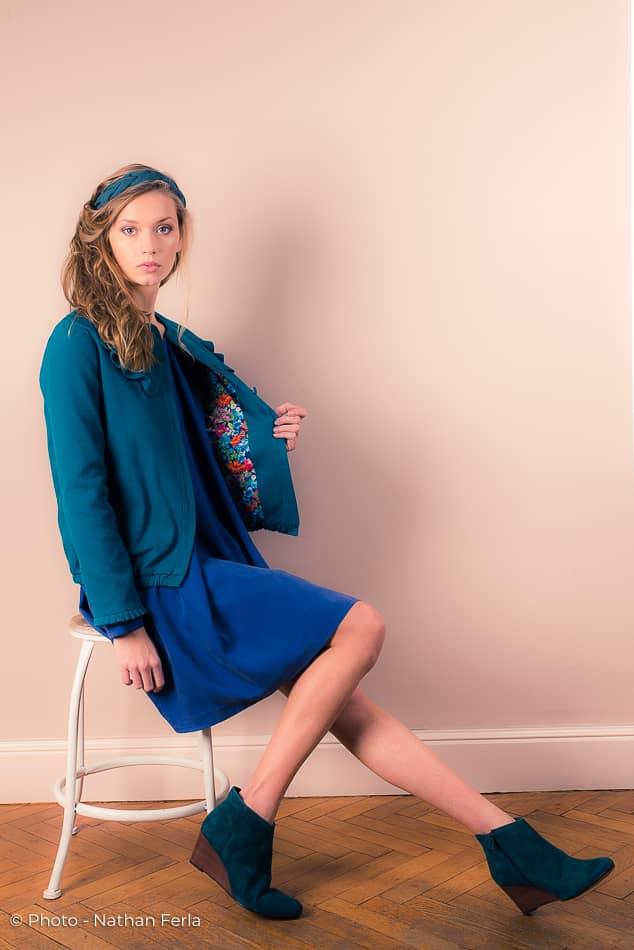 photo mode veste verte intérieur coloré tabouret bandeau vert